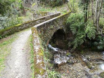 Tratti di mulattiera e ponti in pietra ben conservati tra le frazioni Barbé e Ponte