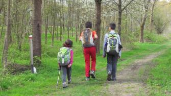 Giovani escursionisti lungo il Sentiero