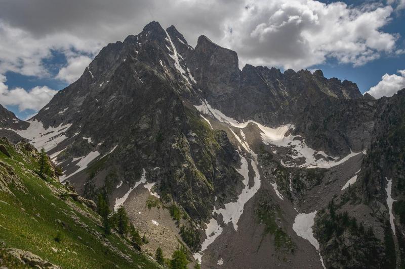 L'imponenza del Monte Stella (sx) e del Corno Stella (dx). A sinistra, sullo sfondo, il colle del Chiapous