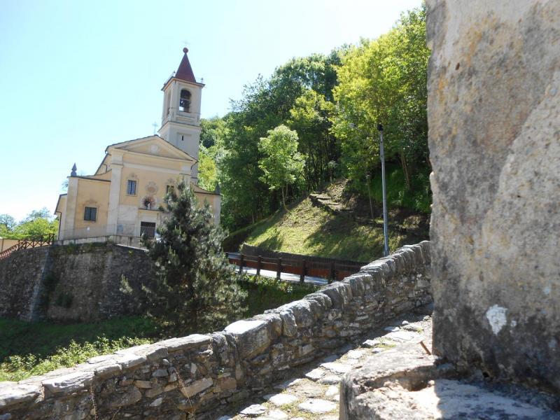 L'antica parrocchiale di Brondello e il suo ponte in pietra